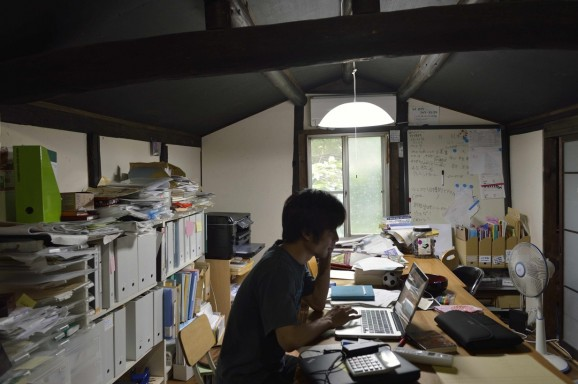 桃李庵2階にオフィスが。ほどよく散らかっております