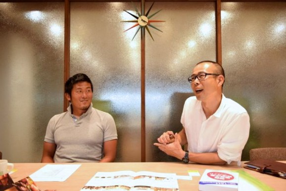 (写真右は人事担当の中森さん。話にオチがあるかどうか、心配そうに見守る谷川社長。)